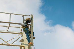 עבודה בגובה על קונסטרוקציה